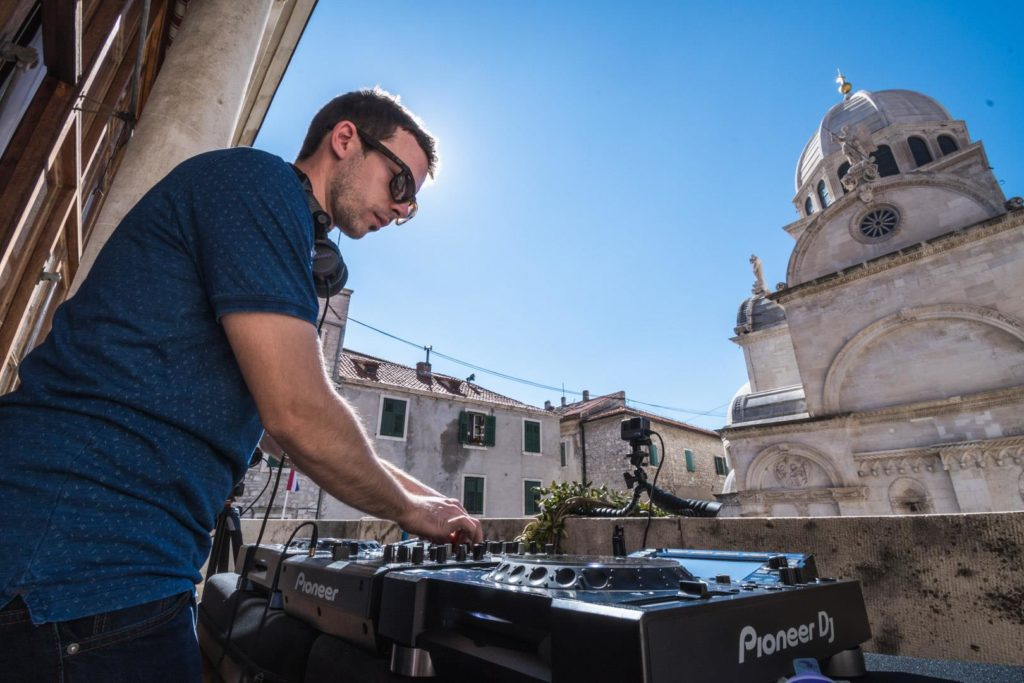 DJ Bakula